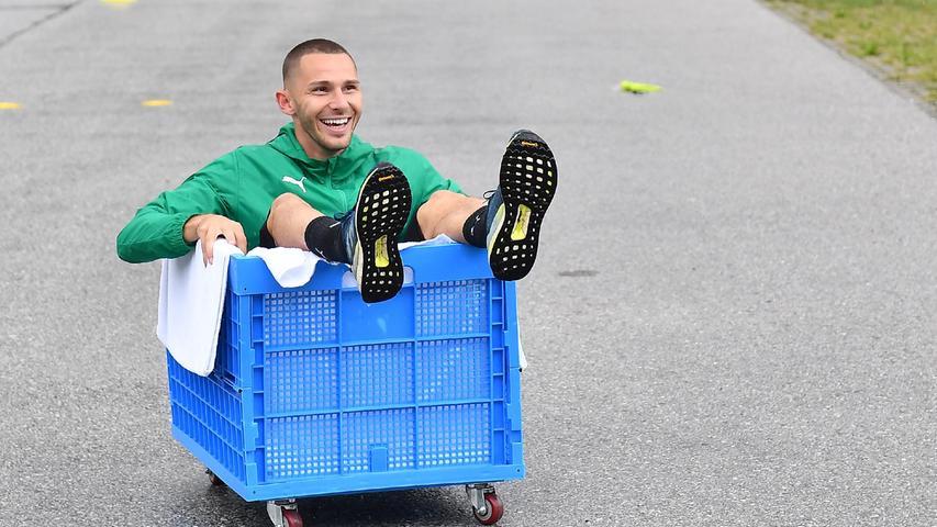 Nicht nur der Ball landete am Ende in den blauen Kisten, Branimir Hrgota war zum Abschluss zum Feiern zumute, denn...