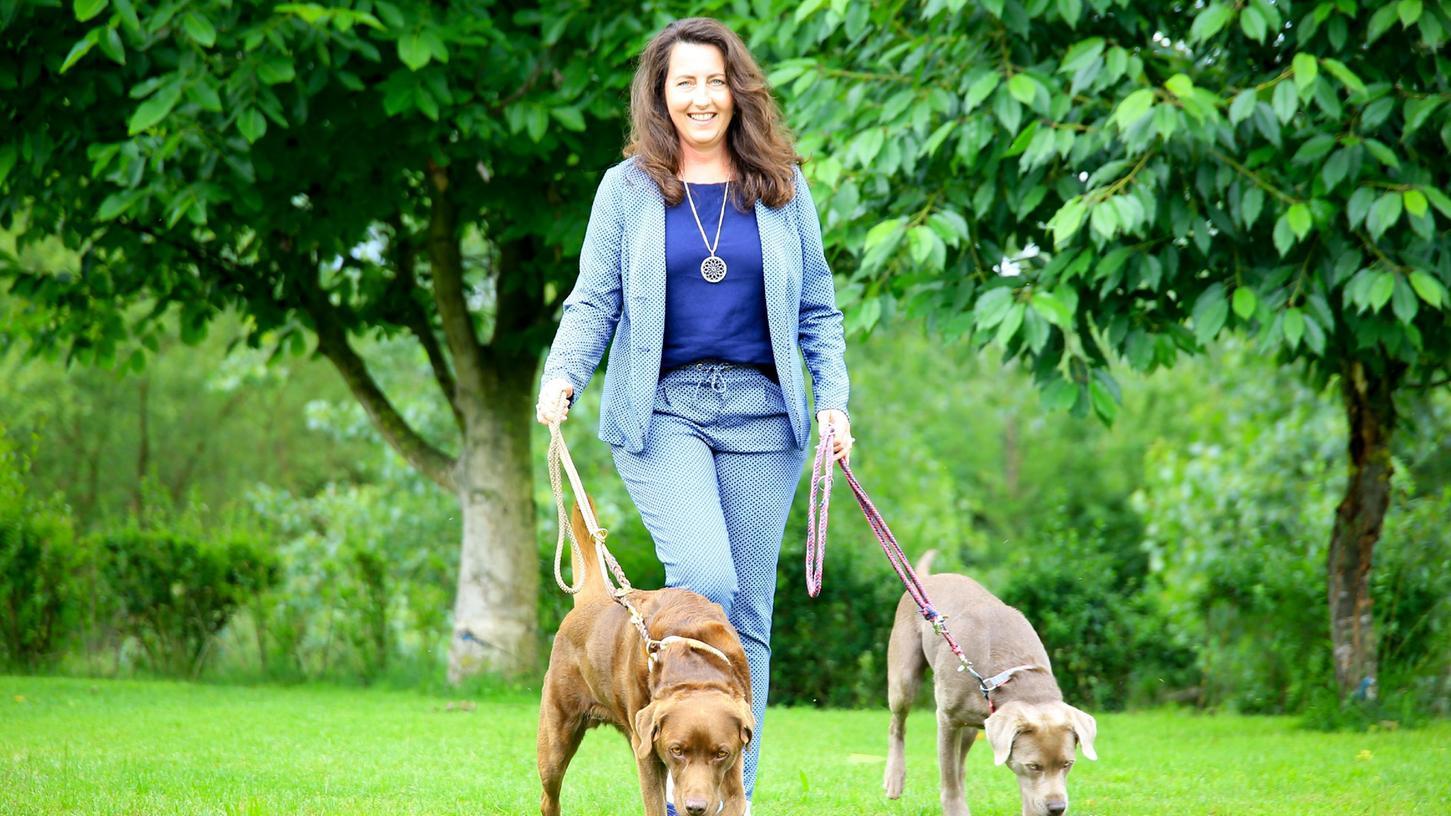 Melanie Ebert beschreibt in ihrem Buch, was Führungskräfte von Hunden lernen können. Sie lernt jeden Tag von ihren Labrador-Hündinnen Maggy und Mira.