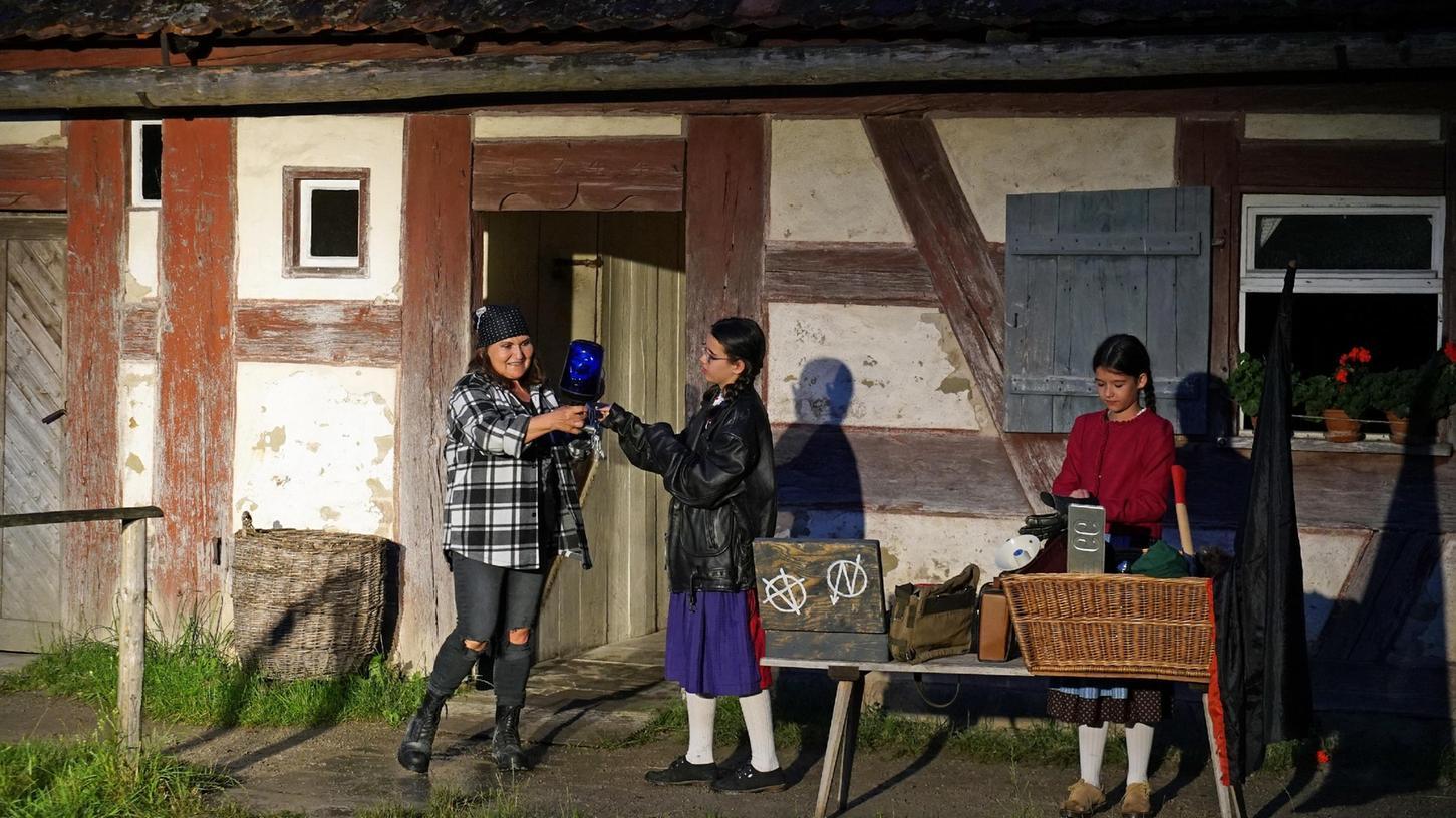 Nur heimlich dürfen die beiden Mädchen ihre Oma, eine ehemalige Anhängerin der Hamburger Hausbesetzer-Szene, besuchen