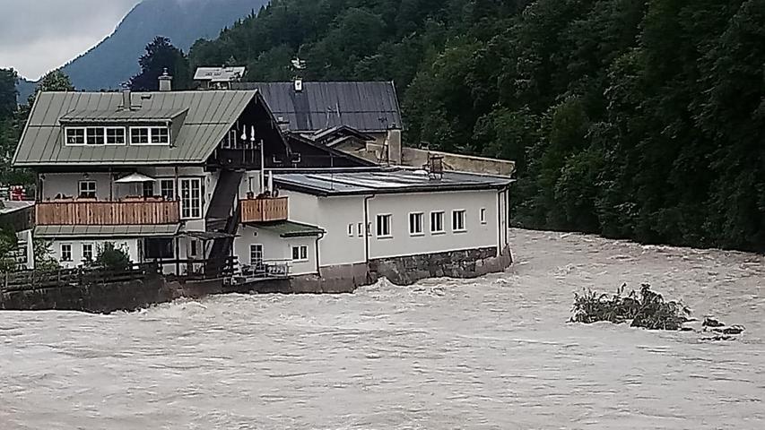 Die Ache, die im Königssee entspringt, schwoll durch den Starkregen zu einem reißenden Fluss an und überschwemmte die angrenzenden Wohngebiete.