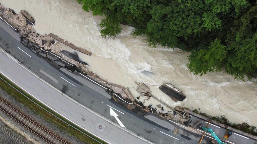 Am Wochenende war die Lage im Berchtesgadener Land besonders dramatisch gewesen. Hier hatte die Wucht des Wassers mit voller Kraft zugeschlagen, nachdem der Fluss Ache über die Ufer getreten war. Dieses Foto einer Drohne zeigt, wie die B20kurz vor der Ortschaft Berchtesgaden zur Hälfte von der Ramsauer Ache weggerissen wurde.