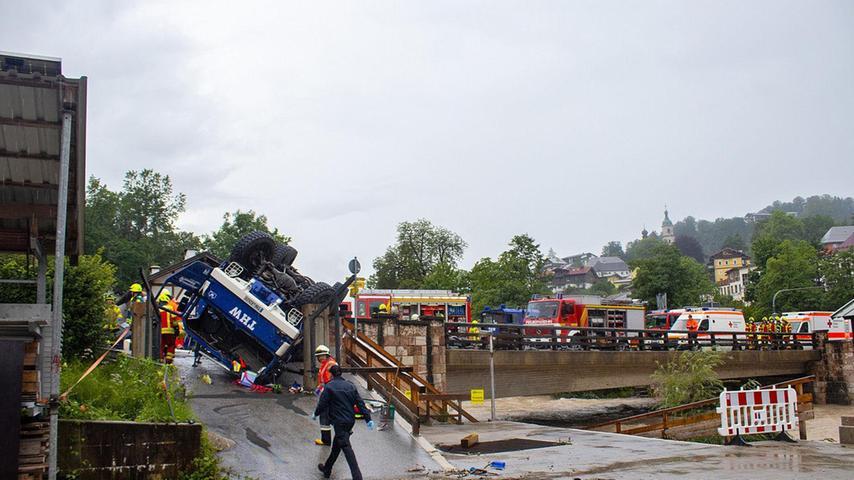Zwei Helfer des Technischen Hilfswerkes (THW) kollidierten am Sonntag im Einsatz mit ihrem Laster mitsamt Sandsäcken mit einem Auto eines Urlauber-Paars.Vier Menschen wurden verletzt.