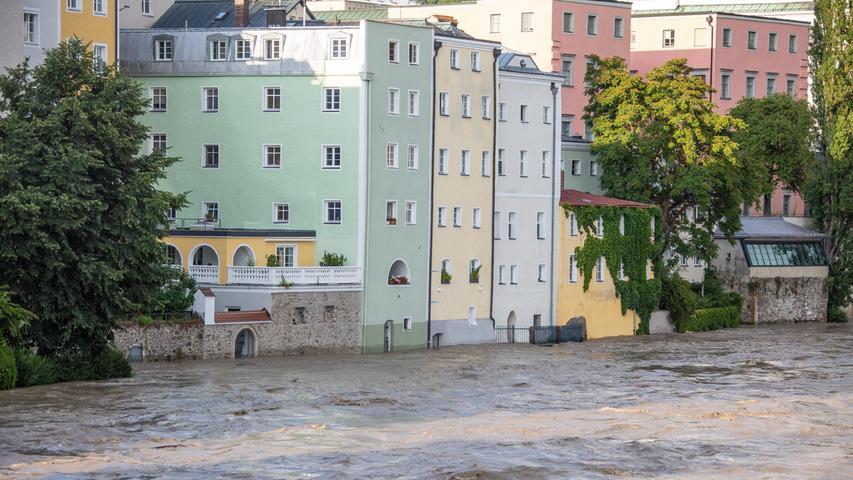 Während des Hochwassers wurden am Sonntagabendin einer dramatischen Rettungsaktion zwei Schlauchbootfahrer aus der Donau beiPassau gerettet.Die Männer warenmit ihren Booten abgetrieben und gekentert. Siekonnten sich an Treibholz festklammern.