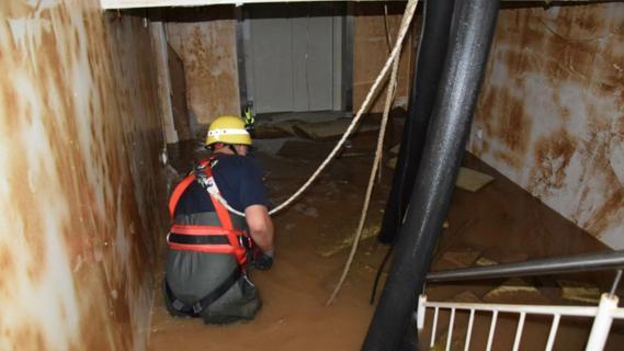 Die Hauptarbeit des THW besteht derzeit darin, Wasser ausüberfluteten Häusern abzupumpen.