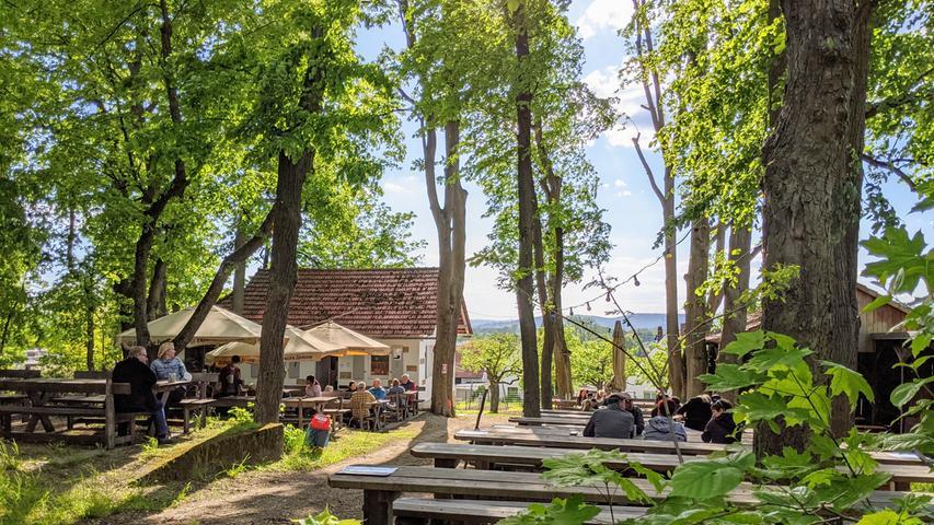 Der Gasthof Höhnist seit 1783 familiengeführt und befindet sich direkt vor den Toren Bambergs in Memmelsdorf. Selbstgebrautes, naturtrübes Görchla-Bier aus der Braumanufaktur und Brotzeit-Platten sowie verschiedene warme Gerichtewie Schnitzel, Flammkuchen oder Currywurst laden im Hofgarten zum Entspannen ein.