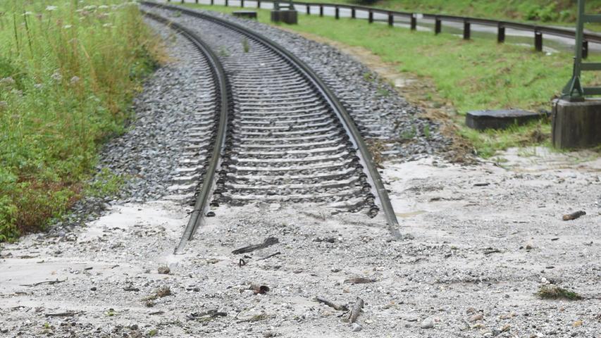 Auch das Gleis einer Bahnstrecke wurde von einer Mischung aus Kies und Schlamm bedeckt.