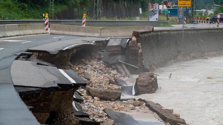 Die B20 kurz vor Berchtesgaden wurde von der Ache weggerissen, die nach Starkregenfällen über die Ufer getreten war.