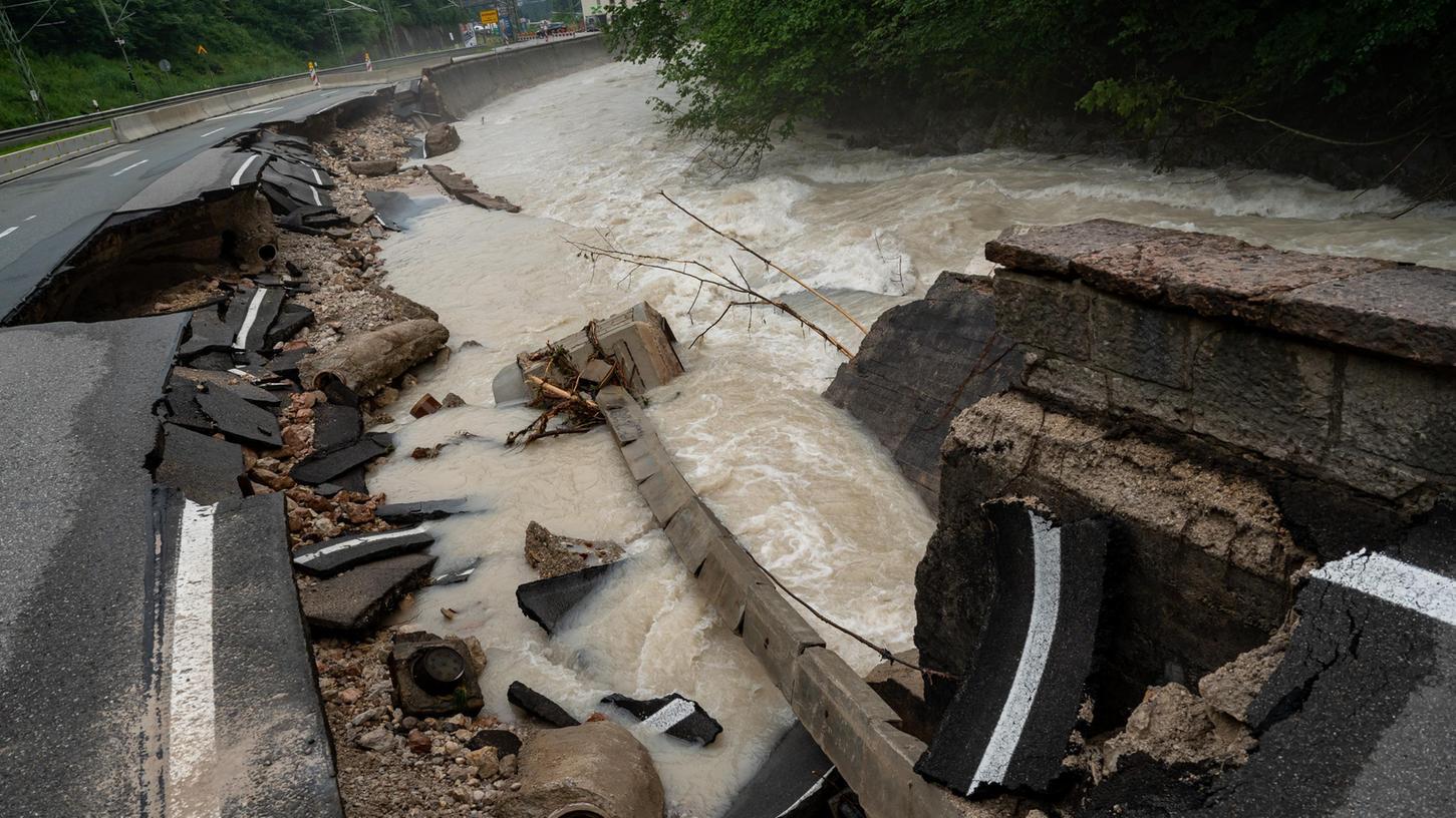 Teilweise ist auch die Infrastruktur im Berchtesgadener Land zerstört - wie hier die B20.
