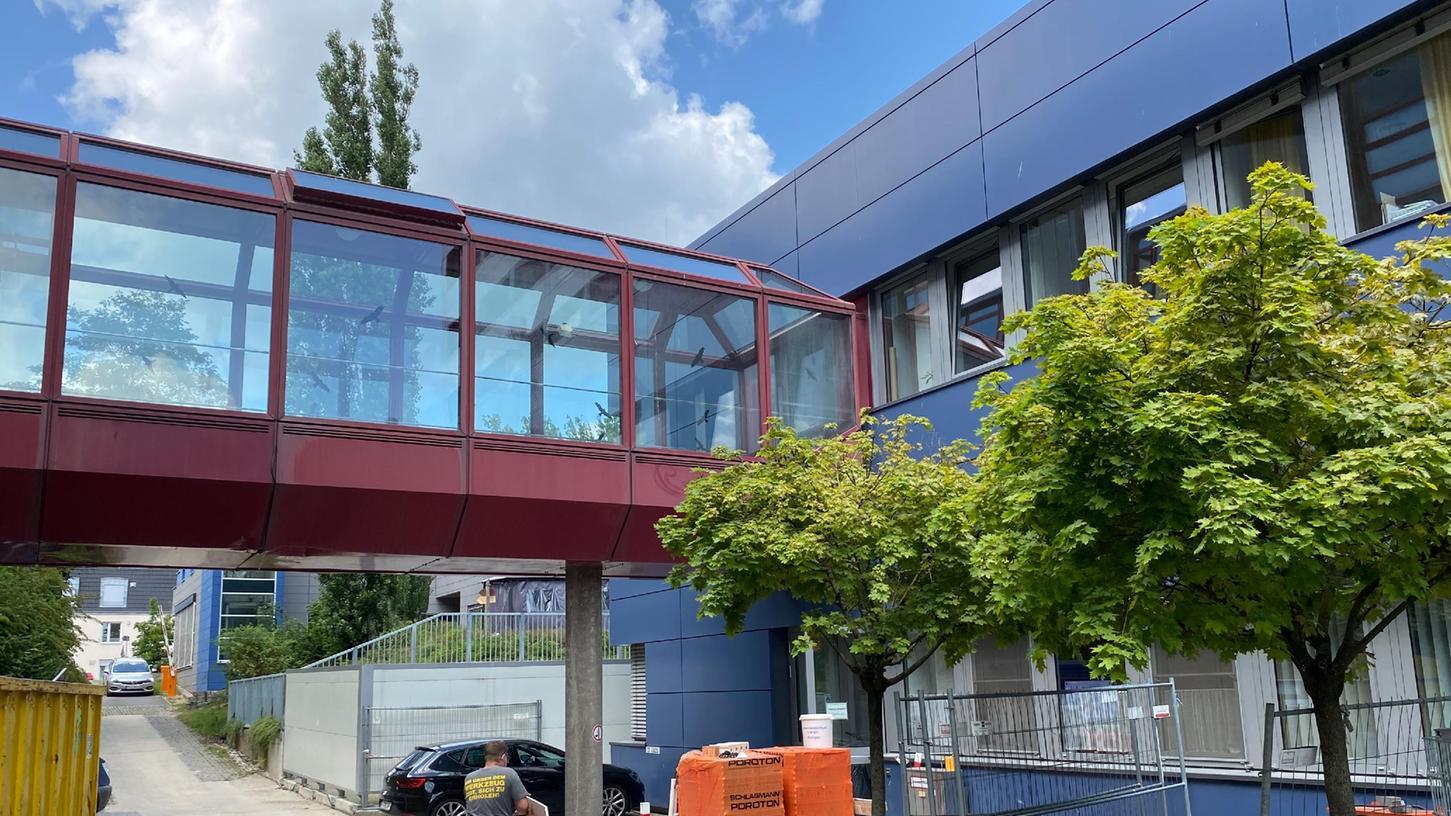 Die betroffenen Räume, die am Sonntag von Helfern des THW Erlangen mit Holzbohlen abgestützt werden mussten, befinden sich im eingeschossigen Bürogebäudeteil westlich an den Kopfkliniken zwischen der Ambulanz der Kinder- und Jugendpsychiatrie und dem Hochhaus Kopfkliniken.