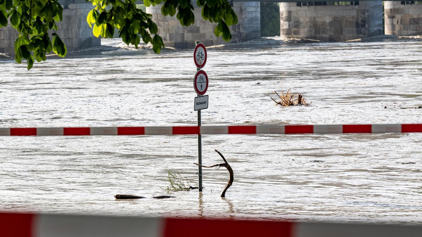 Der Inn hat die Uferpromenade in Passau überflutet.