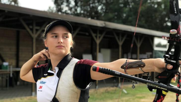 Gerade 20 Jahre junge ist Charline Schwarz aus Feucht, die mit der Mannschaft und im Einzel im Bogenschießen antritt - und sich zumindest im Team durchaus Medaillenchancen ausrechnet.