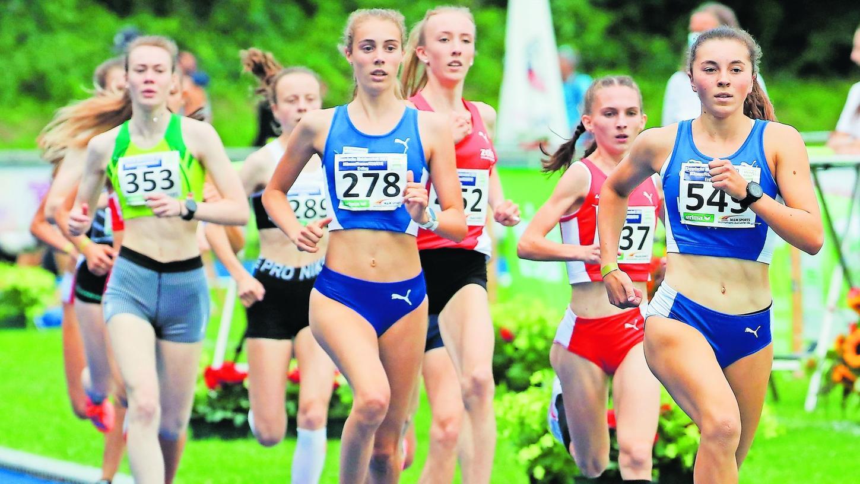 Julia Rath (rechts) war es in ihrer jungen Laufbahn über die 1500 Meter bislang gewohnt, vorneweg zu laufen. Bei den Bayerischen Meisterschaften in Erding aber wurde sie kurz vor dem Ende überholt.