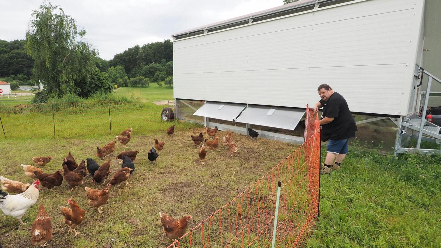 Roland Otto aus Betzenstein hat sich einen mobilen Hühnerstall zugelegt.