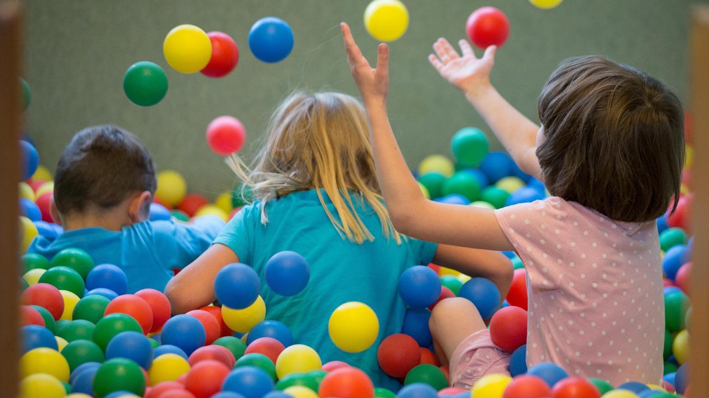 Kinder und Jugendliche bis 15 Jahre sind in einem Indoorspielplatz im Landkreis Schweinfurt von der Maskenpflicht befreit worden.