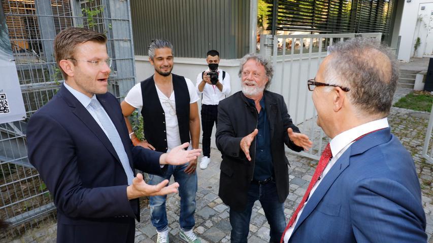 Entspannte Atmosphärebeim lockeren Plausch im Garten: OB König, Festivalleiter Kaya und Tevfik Baser (Mitte). Der vielfach ausgezeichnete, international renommierte Regisseur ist in diesem Jahr Präsident der Spielfilm-Jury.