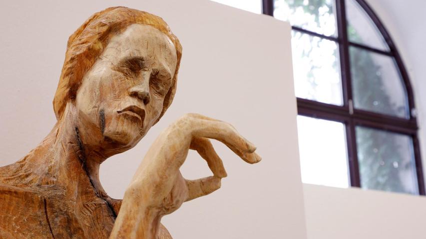 Eine der drei Frauen von Nadine Elda Rosanis Figurengruppe im Detail.