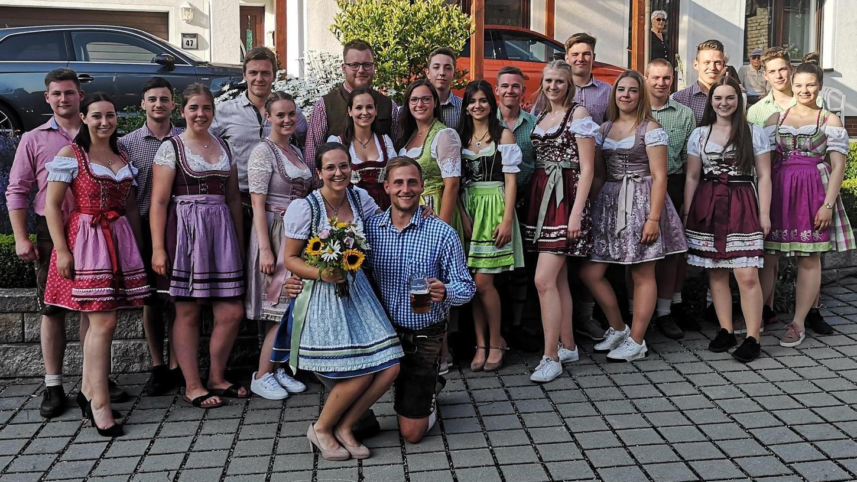 Nach dem Kirwatanz stellte sich die Kirwajugend mit Oberkirwapaar Steffi Lohner und Timo Kruse zum traditionellen Gruppenbild. Alle Mitwirkenden hatten sich auf Corona testen lassen, so die Veranstalter.