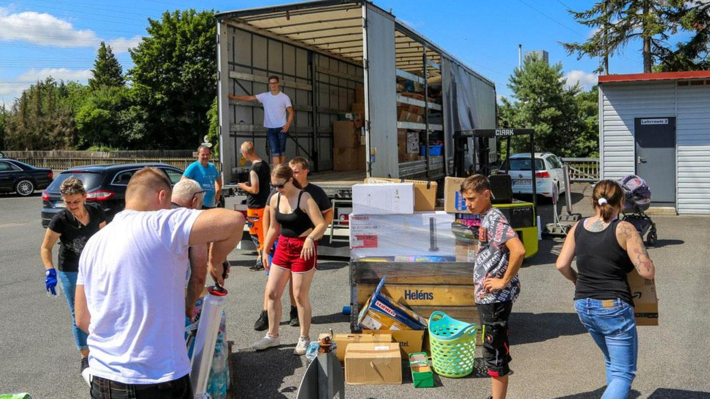 Große Welle der Hilfsbereitschaft: Bei einer spontanen Spendenaktion einer Speditionkam eine Menge an Hilfsgütern zusammen.