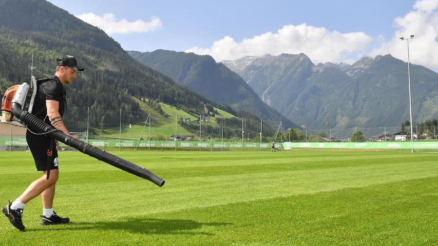 Besondere Situationen erfordern besondere Maßnahmen: Bevor die Fürther Fußballer den Trainingsplatz betraten, wurde erstmal das restliche Wasser vom Rasen geblasen.