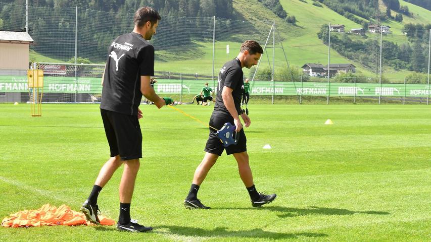 Stefan Leitl und sein AssistentAndre Mijatovic machten kurz darauf eine Platzbegehung, ...
