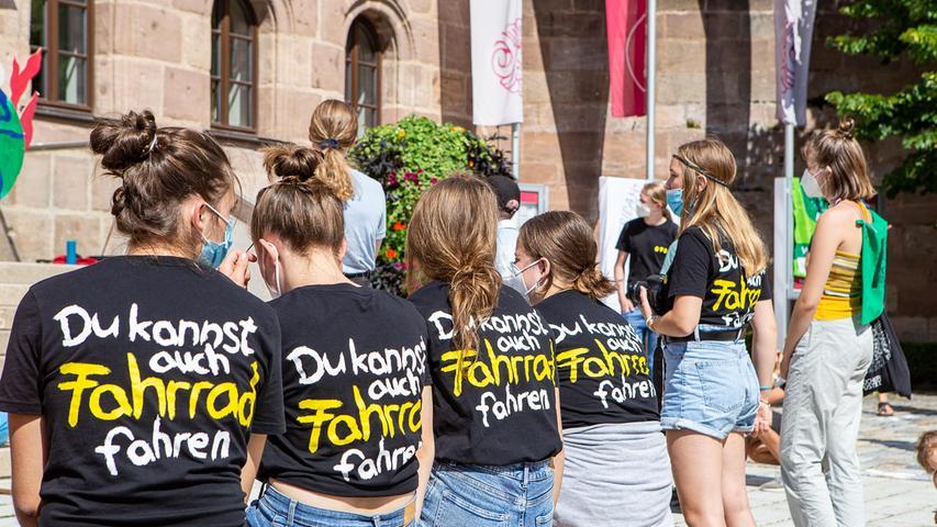Zuvor zeigten die Klimaschützer auch in ihren Reden und auf ihren T-Shirts, worum es ihnen mit ihren Aktionen geht.