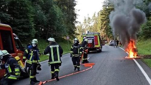 Roller ging auf der Bundesstraße 85 in Flammen auf
