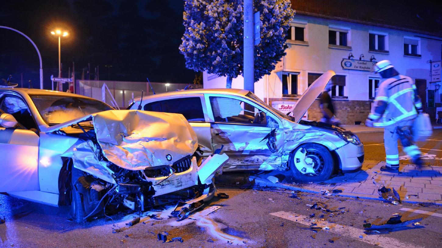 Die Autos wurden bei dem Zusammenstoß schwer beschädigt.