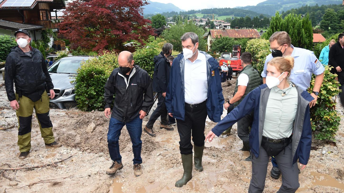 Ministerpräsident Söder (3.v.l) und Olaf Scholz (SPD, 2.v.l) besichtigen die betroffenen Gebiete in Bayern.
