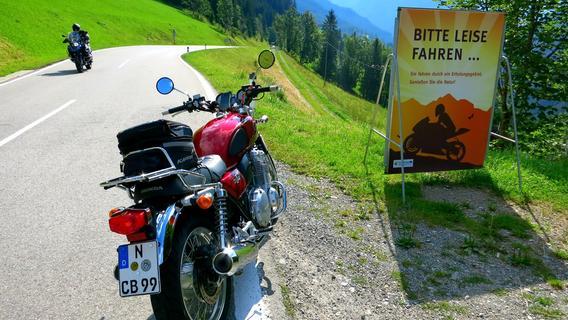 Überall stehen diese Schilder, die zu leiser Fahrweise auffordern. Für viele Bikes gelten sogar Sperrungen.