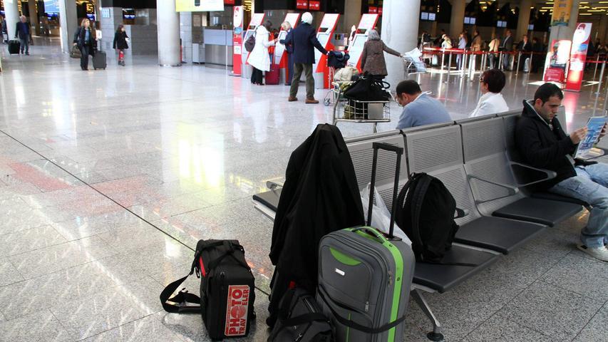 Ins Gespräch verwickelt und weggelockt: Wer sein Gepäck derart unbeaufsichtigt stehen lässt, riskiert, ohne Gepäck verreisen zu müssen.