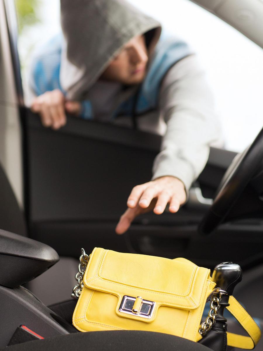 Wenn Sie bei einer Panne helfen, kann es sein, dass ein Komplize Ihre Wertsachen aus dem Auto nimmt.