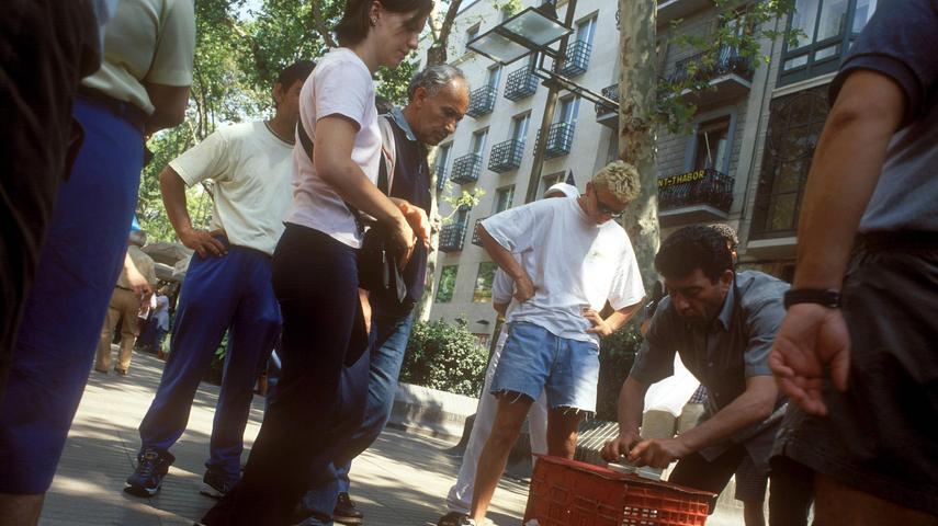 Der Klassiker, bei dem man nur verlieren kann: Hütchenspieler tauchen fast überall dort auf, wo unbedarfte Touristen in Massen auftreten. Hier auf La Rambla in Barcelona.