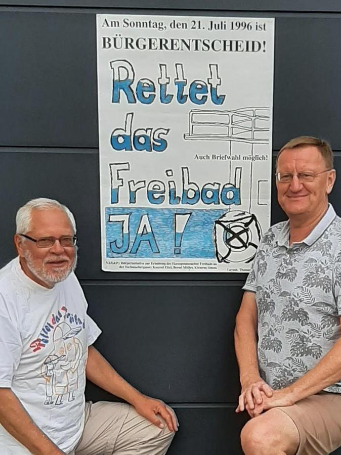 Konrad Eitel (SPD) und Klemens Simon (r.) zeigen die Plakate der Bürgerinitiative zur Erhaltung des Freibades.