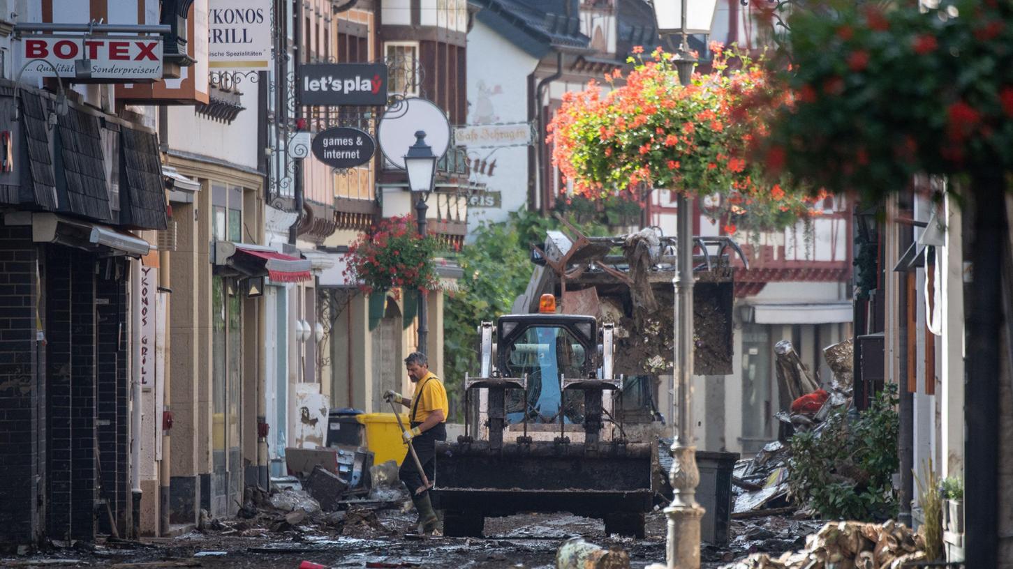 Helfer räumen nach der Überschwemmung in der Innenstadt von Ahrweiler auf.