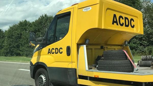 Plötzlich fährt in Osteuropa der ADAC vorbei, äh, oder ist´s ein Sattelschlepper der Band ACDC? Auf alle Fälle ist hier was faul.