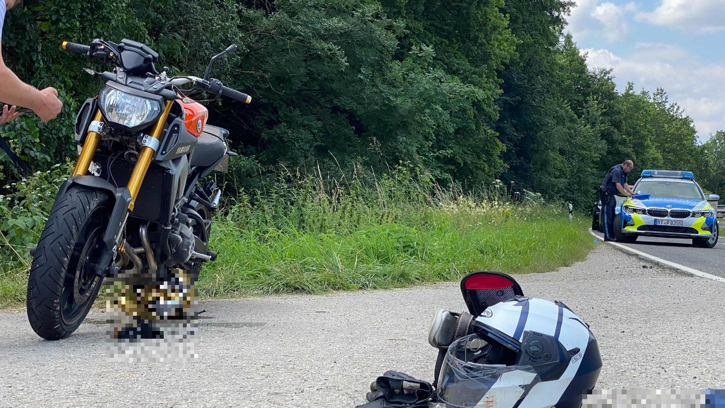 Schwerer Unfall in Oberfranken: Motorrad kollidiert mit Traktor.