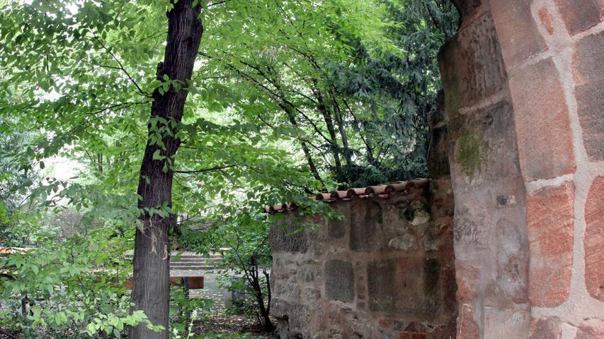 Blick durch das Tor des einstigen Peststadels in die