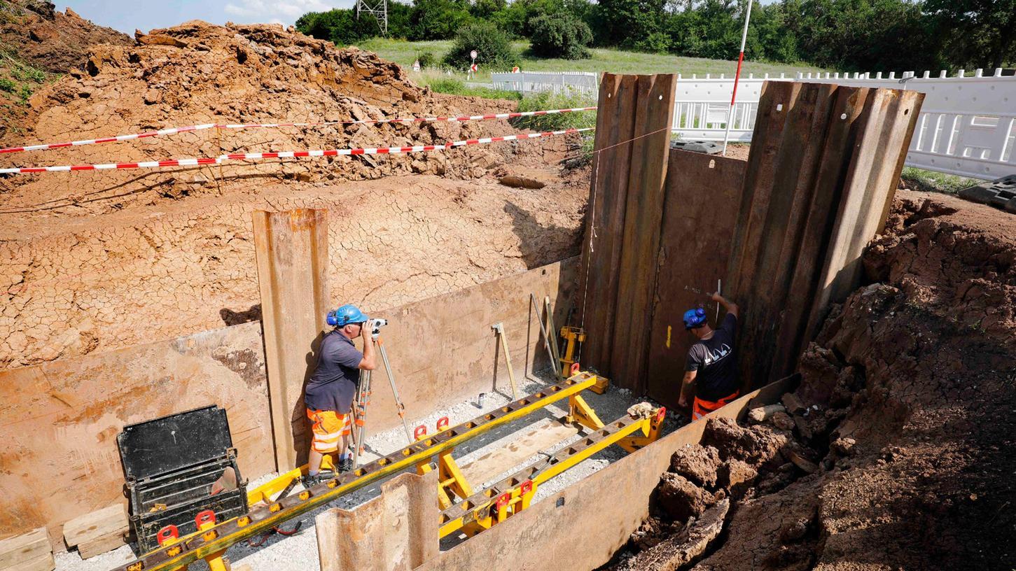 Die Vorbereitungen für die Verlegung der Wasserleitung unter der Straße laufen bereits.