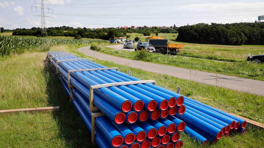 Zwischen Forchheim und Pinzberg liegen bereits die blauen Wasserleitungen zum Einbau bereit.