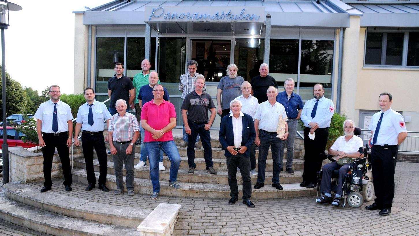 19 treue Floriansjünger gehören der Labersrichter Wehr seit 25, 30, 40, 50 und 60 Jahren an.