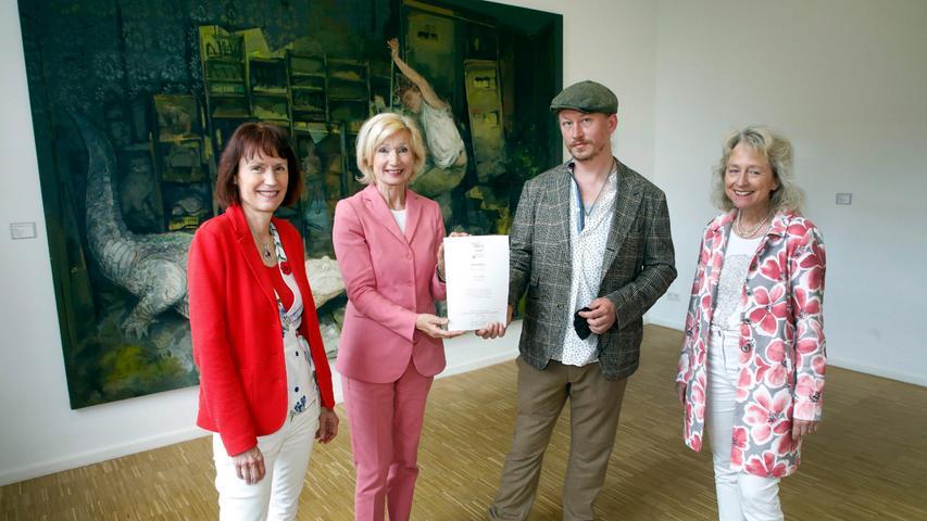Die Verlegerinnen und Jurorinnen Sabine Schnell-Pleyer (li.) und Bärbel Schnell (re.) mit der Jury-Vorsitzenden Julia Lehner und dem Künstler Kai Klahre vor dessen Bild