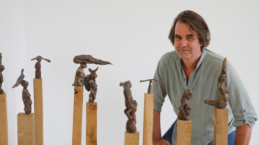 Sie tragen schwer an ihrer Last: Stefan Atzl mit seiner neunteiligen aus Bronze geformten Figurengruppe