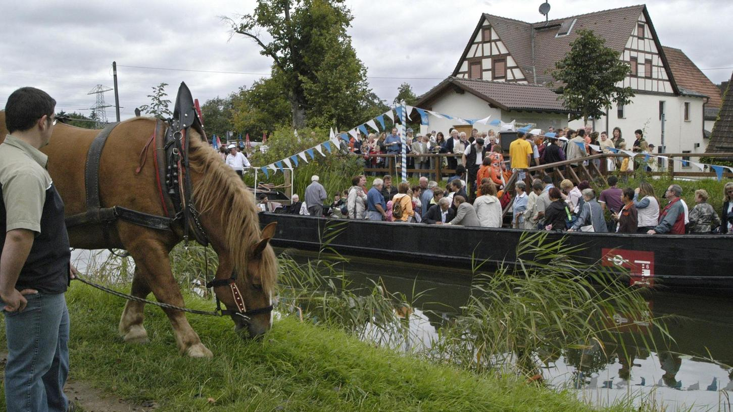 """Im nahen Schwarzenbach liegt die """"Elfriede"""" flach im seichten Kanalwasser. Eine Treidelfahrt ist wie ein Ausflug in eine andere Welt, wenn der Kahn lautlos durch das Wasser gleitet und die Ufer still vorüber ziehen."""