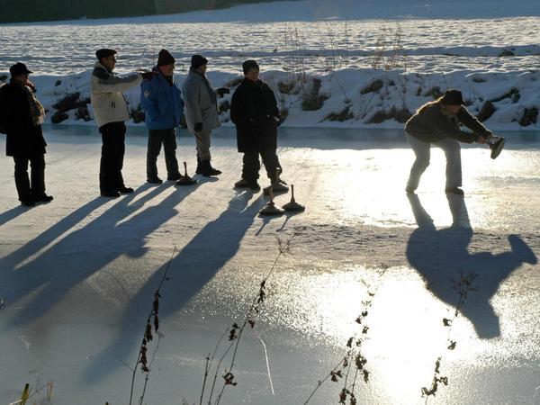 Ob Winter oder Sommer: Der alte Ludwigskanal wird von den Anwohnern seit jeher auch in der Freizeit gerne genutzt. Auf unserem Archiv-Foto sind Berger beim Eisstock-Schießen bei der Loderbacher Brücke zu sehen.