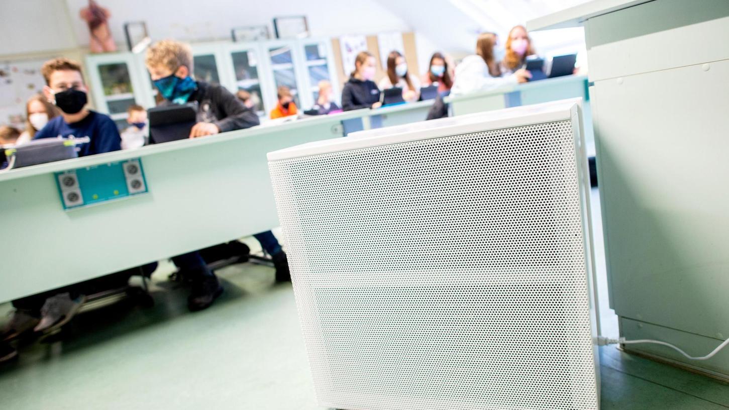 Beim Thema Luftreinigungsgeräte sind noch viele Fragen offen. Auch wenn die Klassenzimmer mit Raumlüftern ausgestattet sind, müssen die Räume weiterhin regelmäßig gelüftet werden.