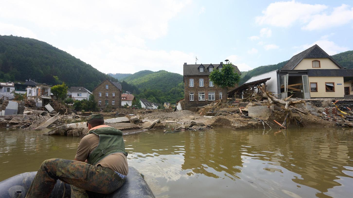 Die Ahrtalbrücke ist durch das Hochwasser total zerstört. Zur Zeit kann man den Fluss nur mit dem Schlauchboot der Bundeswehr überqueren.