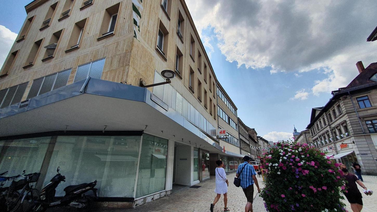 """Während es für die Filiale von H & M in der Fußgängerzone noch keine Perspektiven gibt, steht immerhin fest: In die Räume der früheren """"Weltbild""""-Niederlassung an der Ecke, die zum selben Komplex gehört, wird schon bald ein Eiscafé einziehen."""