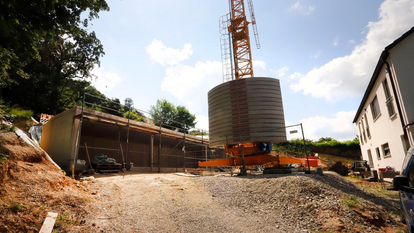Hier im Bereich der künftigen Zufahrt zur Wohnanlage und entlang der Carports schwebt dem Investor eine massive Stützmauer vor. Das wurde nun abgelehnt.