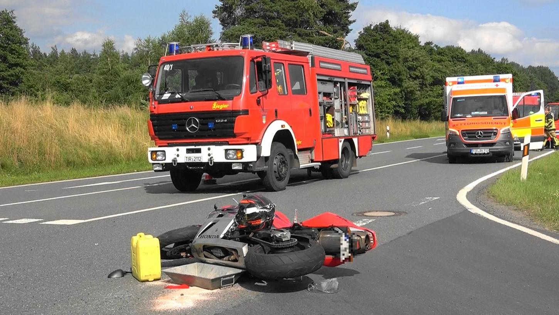 Der 50-jährige Biker erlitt bei dem Unfall lebensgefährliche Verletzungen. Er verstarb kurze Zeit später im Krankenhaus.