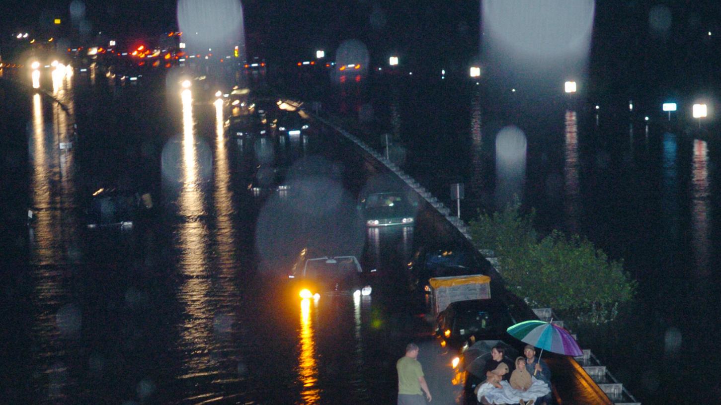 In nur einer Julinacht brach mit sintflutartigem Regen die Katastrophe über Tausende Menschen zwischen Forchheim und Erlangen herein: In ihren Häusern stand das Wasser, Autos schwammen davon, Fabriken wurden zerstört. Eine enorme Spendenbereitschaft linderte die schlimmste Not.